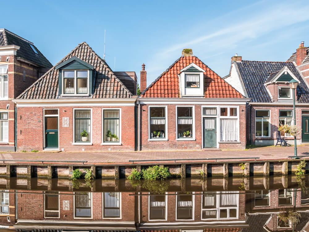 Klassieke huizen met dakpannen